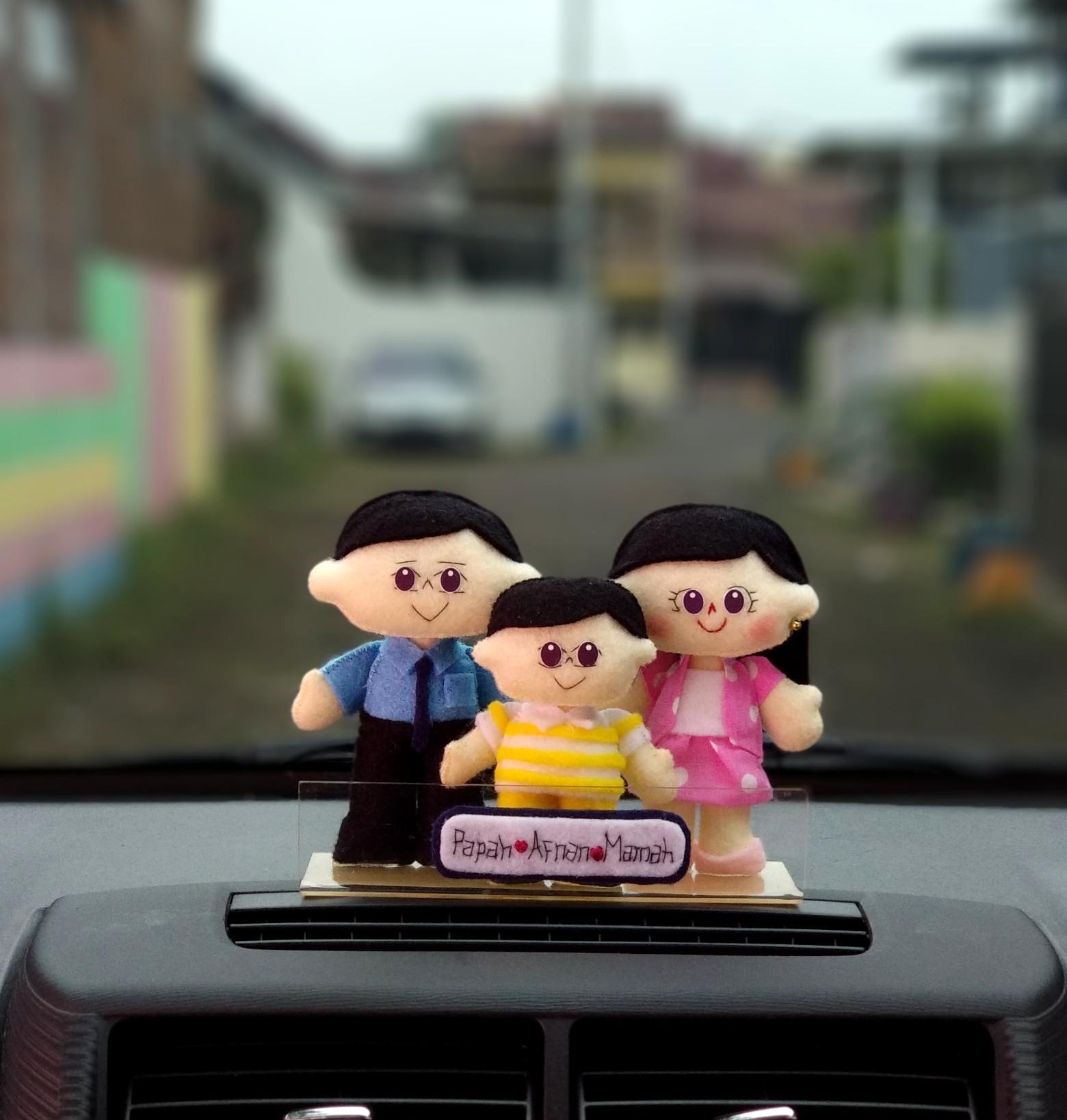 aksesoris dashboard mobil boneka keluarga bagus