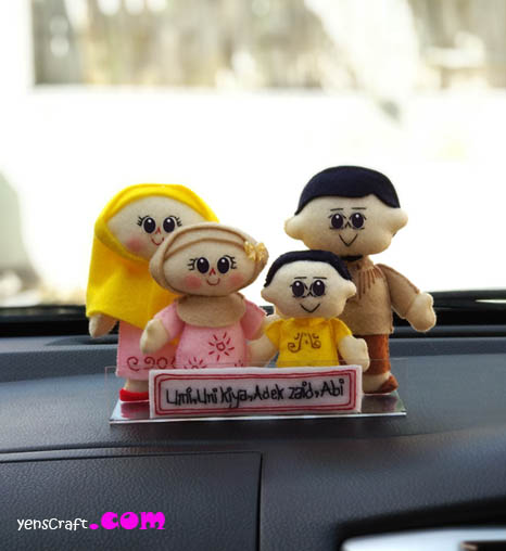 boneka keluarga untuk hiasan dashboard