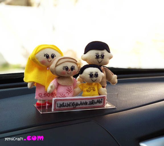 hiasan dashboard mobil boneka keluarga