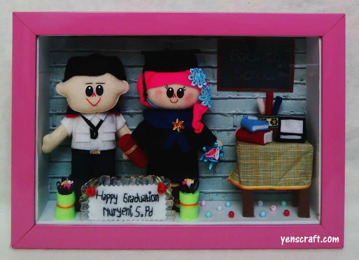 souvenir wisuda berupa boneka couple avsec